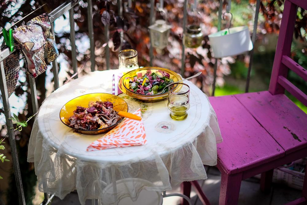 Na osunčanom balkonu, pored još (ne)osušenog badića. I ovo je sve jedna porcija (bez obzira na dvije čaše na stolu). Zdrava osoba može pojesti ovoliko svježe, sezonske, zdrave, sočne hrane. Svaka stanica pjeva u organizmu od ljepote!