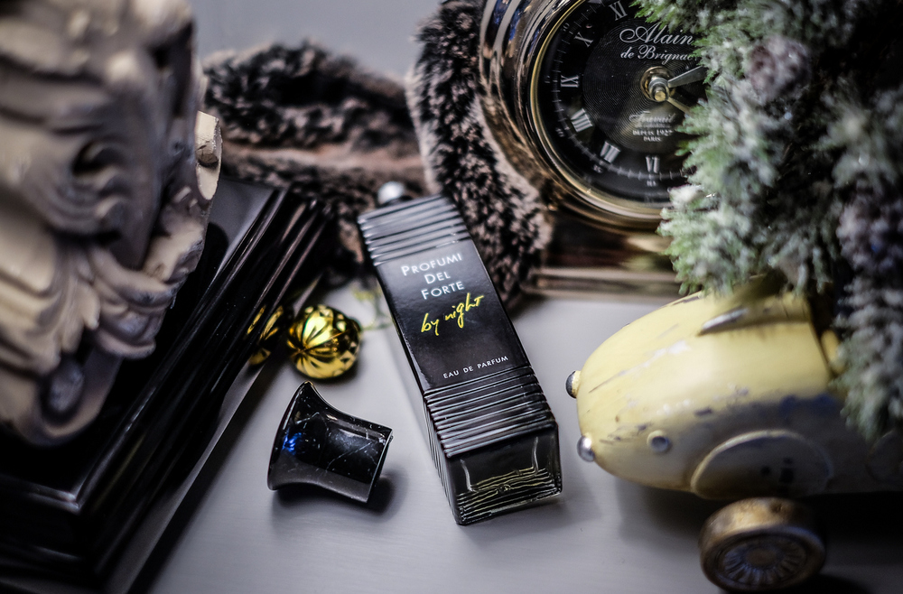 Profumi Del Forte, By Night Black muški je miris sačinjen od nota čempresa, naranče, bora, tamjana, limete, mandarine, lista smokve, bobica kleka, bosiljka, lavande, jasmina, mate čaja i cedra