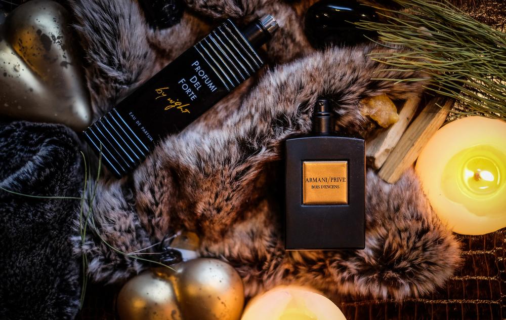 Bois d'Encens bogata je parfemska kompozicija sa začinskom notom tamjana i drvenom notom vetivera koji ju čine megasenzualnom! Ovo je taman i topao miris od samo pet sastojaka čija sinergija opisuje crni kamen, simbol ovoga mirisa, pronađen na plažama otoka Pantelerija