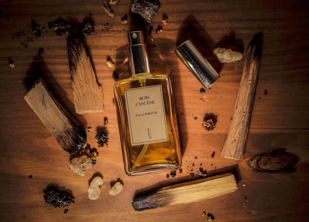 Još tamjana! I prekrasno, jedinstveno drfce - Palo Santo / Bois d'Ascese miris je drveća i tamjana, dima, duhana i viksija. Popunjavaju ga note cimeta, ambera, labdanuma, hrastove mahovine, dimljenog cedra i somalijskog tamjana! Ovu divoticu kreirao je Julien Rasquinet