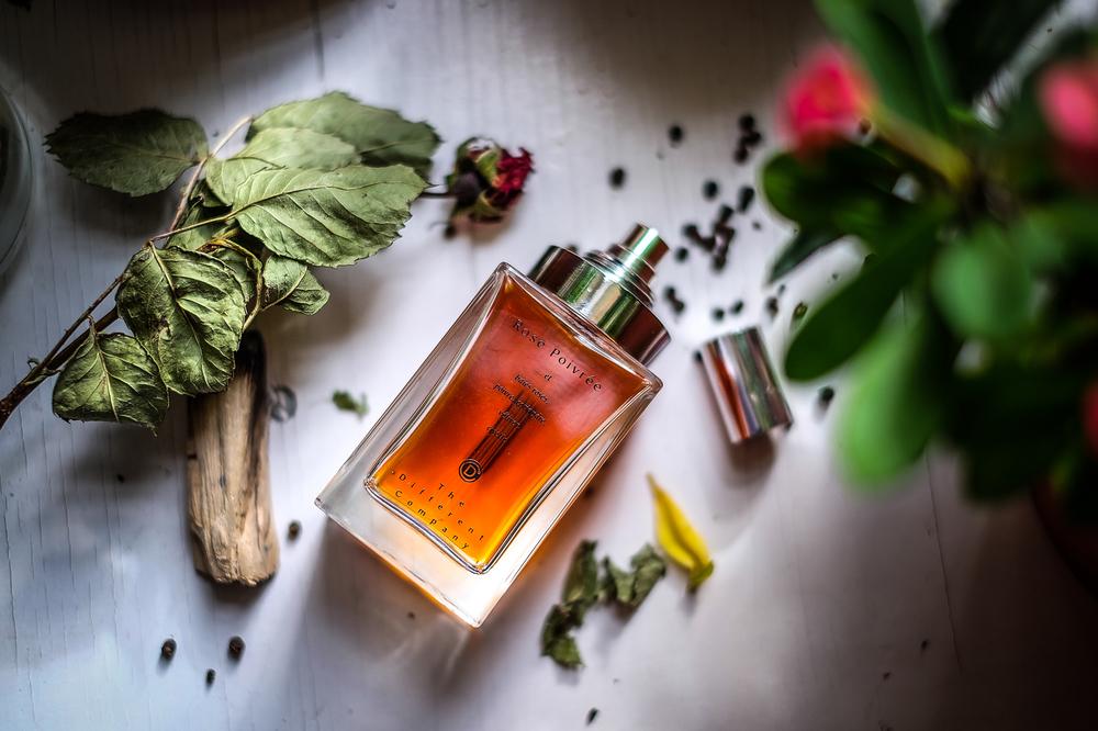 Rose Poivree otvara se aromama ružičastog papra i korijandera sa srcem Damask ruže. U donjim su notama drveni akordi vetivera i cibetka. Parfem je kreirao Jean-Claude Ellena, autor sjajnih parfema za kuće Hermes, Acqua di Parma, Frederic Malle