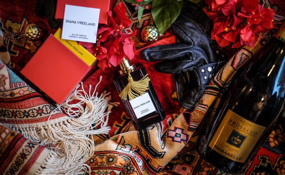 I kao šećer na kraju - moj omiljeni miris! Diana Vreeland: Daringly Different (ime govori sve!) kožni miris za žene kojega je kreirao Pascal Gaurin. U kompoziciji parfema su koža, iris, ruža, oud i mahuna tonke! Bomba! Na Youtubeu postoji dokumentarac o Diani Vreeland, ženi koja me beskrajno i uvijek iznova inspirira. Pogledajte prvo trejler & ako vas očara ova daringly different diva - izdvojite malo vremena i odgledajte - sve. Nećete požaliti! Naprotiv ;)