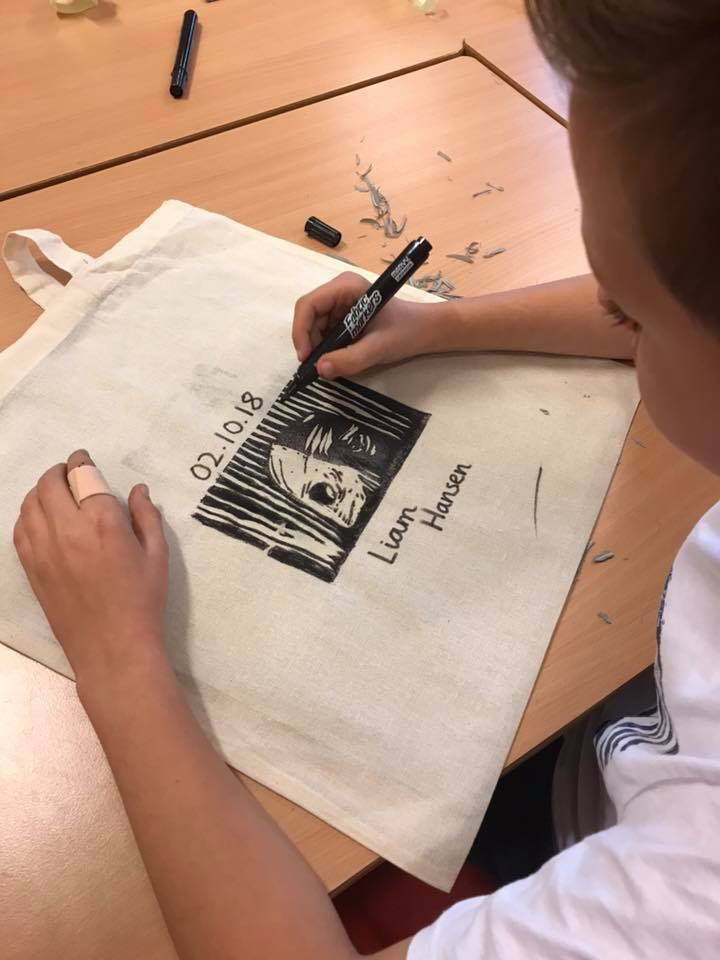 Arr. Den kulturelle skolesekken i Rogaland. Prod. Haugalandmuseene i samarbeid med Haugesund Billedgalleri/HIT-festivalen
