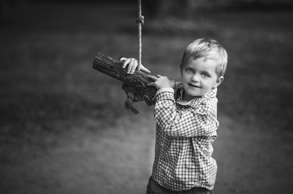 Black-and-white-photo-of-a-boy-in-Ulriksdals-slott-by-Stockholm-familjefotograf-Sandra-Jolly.jpg