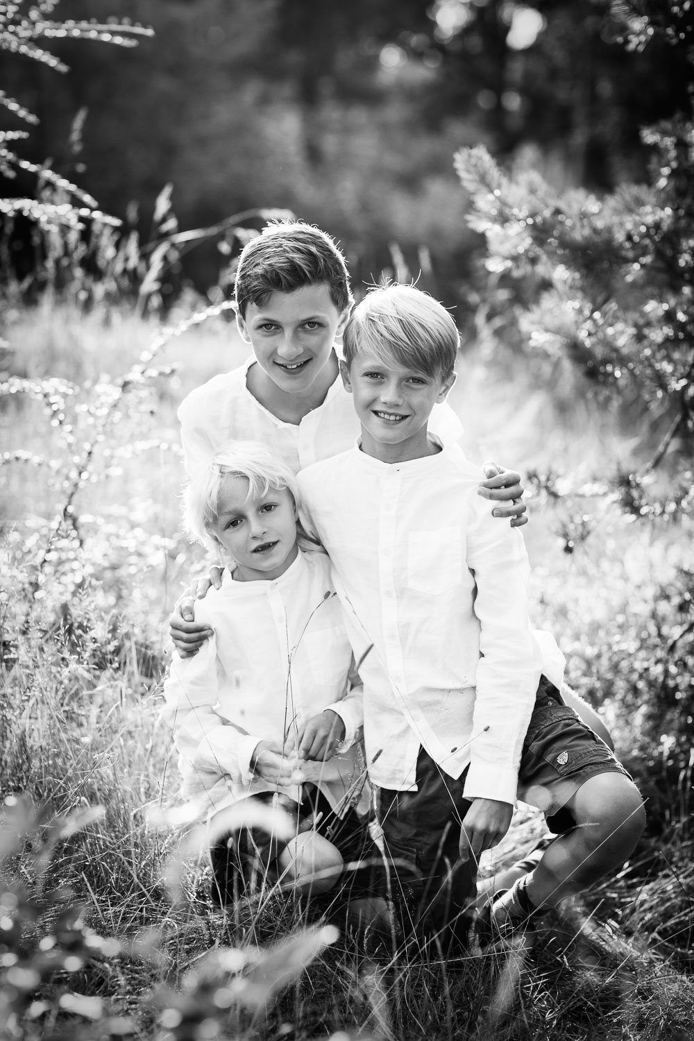 Black-and-white-photo-of-sibling-boys-by-bästa-familjefotografen-Sandra-Jolly.jpg