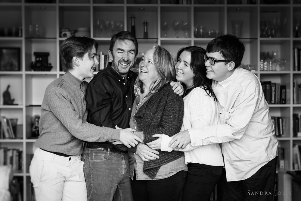Black-and-white-happy-family-photo-in-Danderyd-by-Sandra-Jolly-familjefotograf.jpg