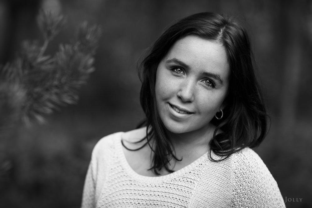 Black-and-white-teenage-portrait-by-Sandra-Jolly-familjefotograf.jpg