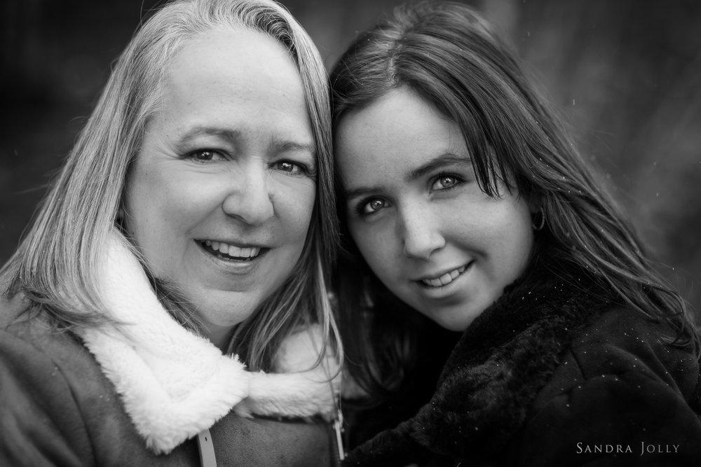 Mom-and-daughter-portrait-by-Sandra-Jolly-familjefotografering.jpg