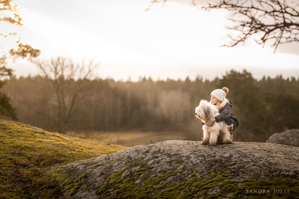 Photo-of-a-girl-and-her-dog-by-Sandra-Jolly-barnfotograf.jpg