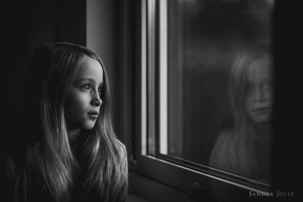 Black-and-white-window-reflection-portrait-by-Sandra-Jolly-familjefotograf.jpg