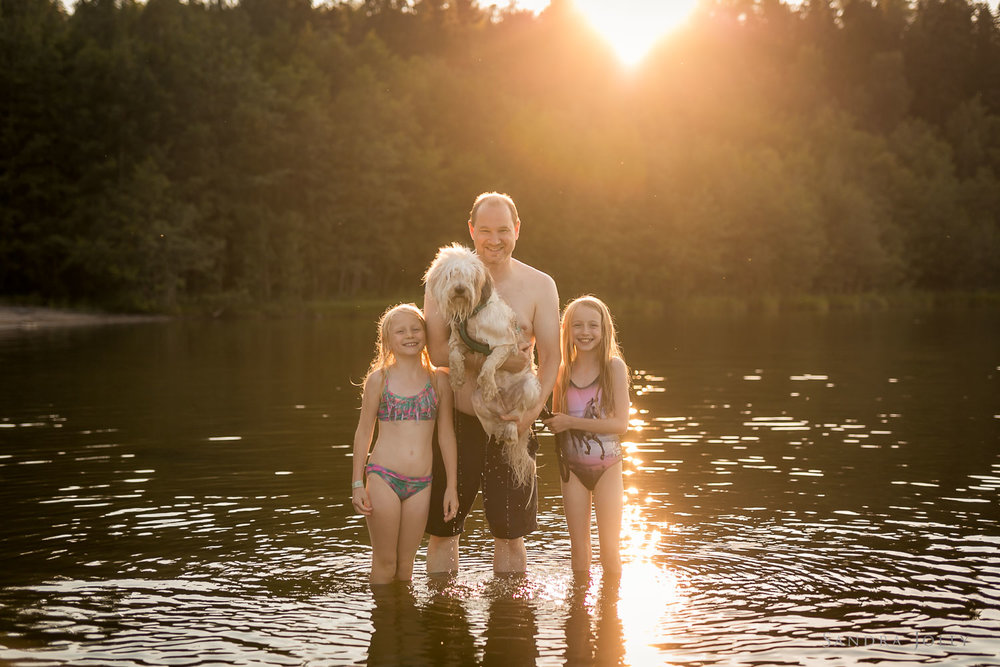 Family-and-dog-in-lake-by-Stockholm-familjefotograf-Sandra-Jolly.jpg