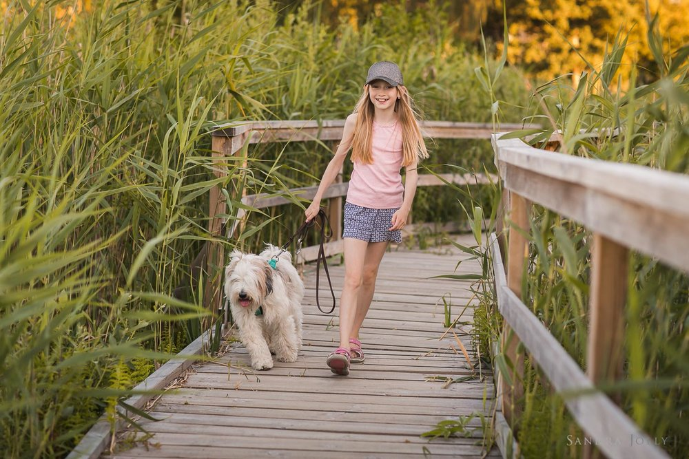 Girl-walking-dog-by-bra-familjefotograf-Sandra-Jolly.jpg