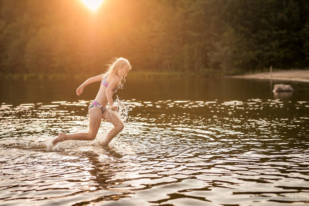 Girl-running-through-watere-by-Stockholm-barnfotograf-Sandra-Jolly.jpg