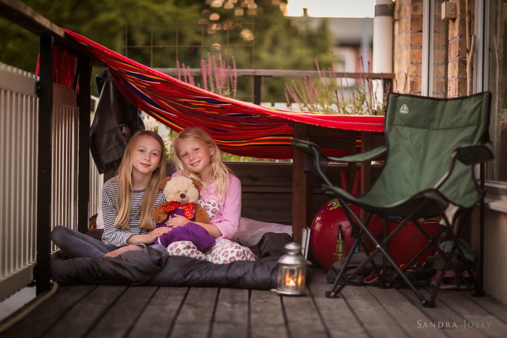 Sisters-camping-by-familjefotograf-Sandra-Jolly.jpg