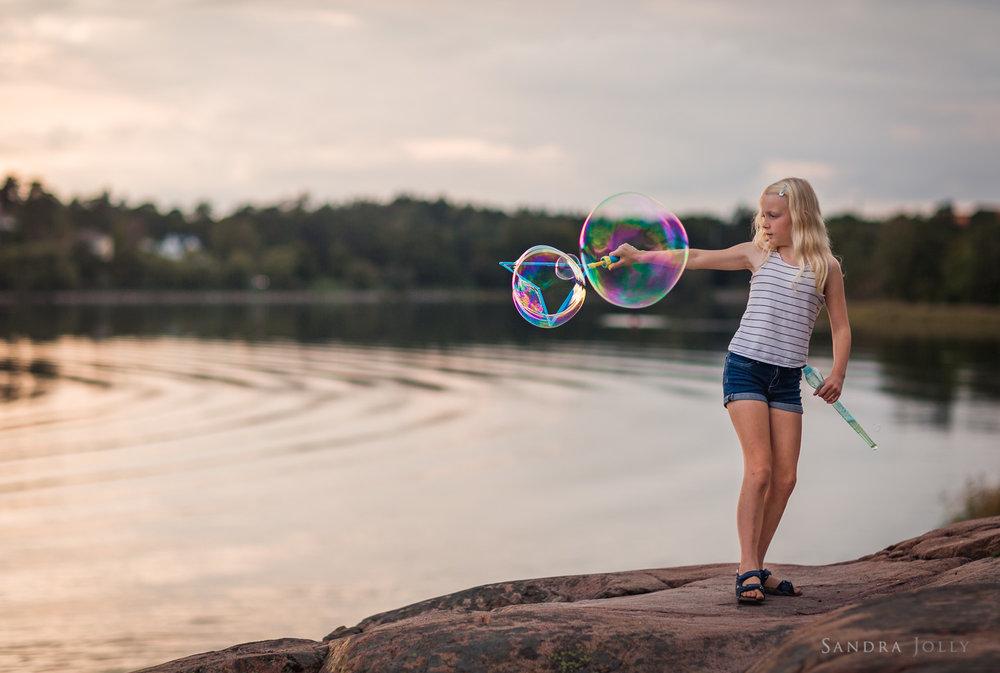 girl-with-bubbles-at-Edsviken-by-Sollentuna-barnfotograf-Sandra-Jolly.jpg