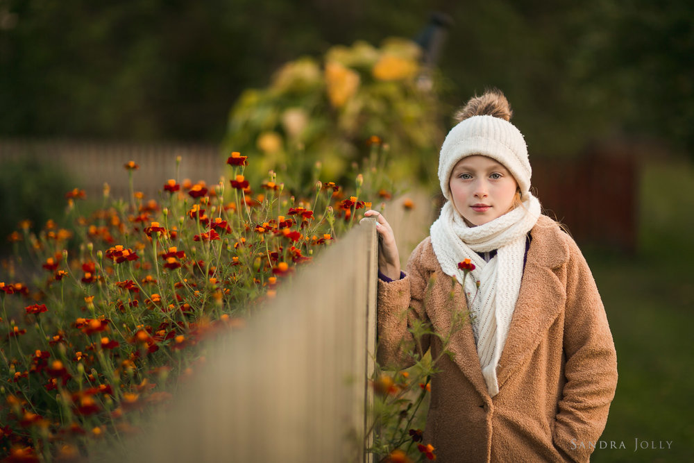Autumn-photo-of-girl-in-garden-by-Stockholm-barnfotograf-Sandra-Jolly.jpg