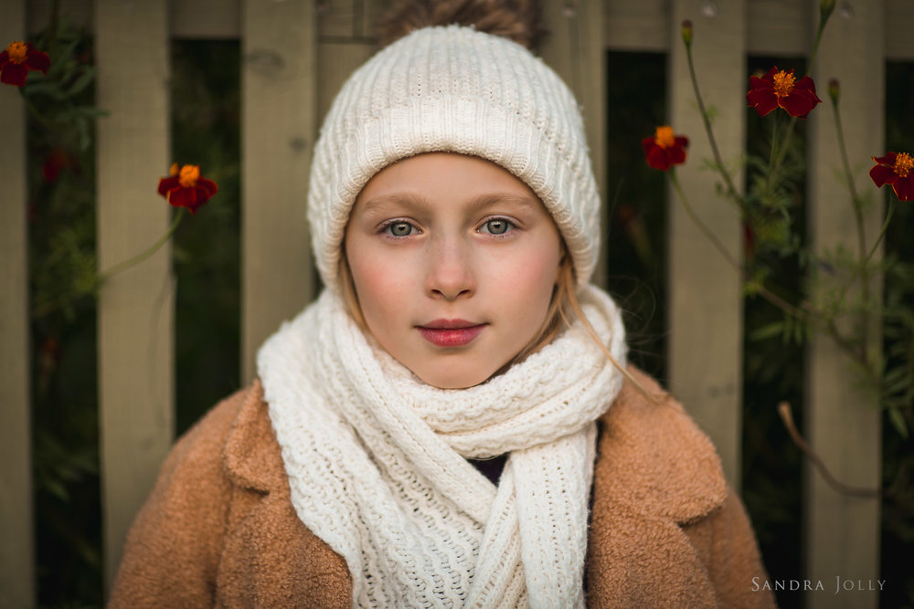 autumn-portrait-of-girl-in-hat-by-Stockholm-barnfotograf-Sandra-Jolly.jpg