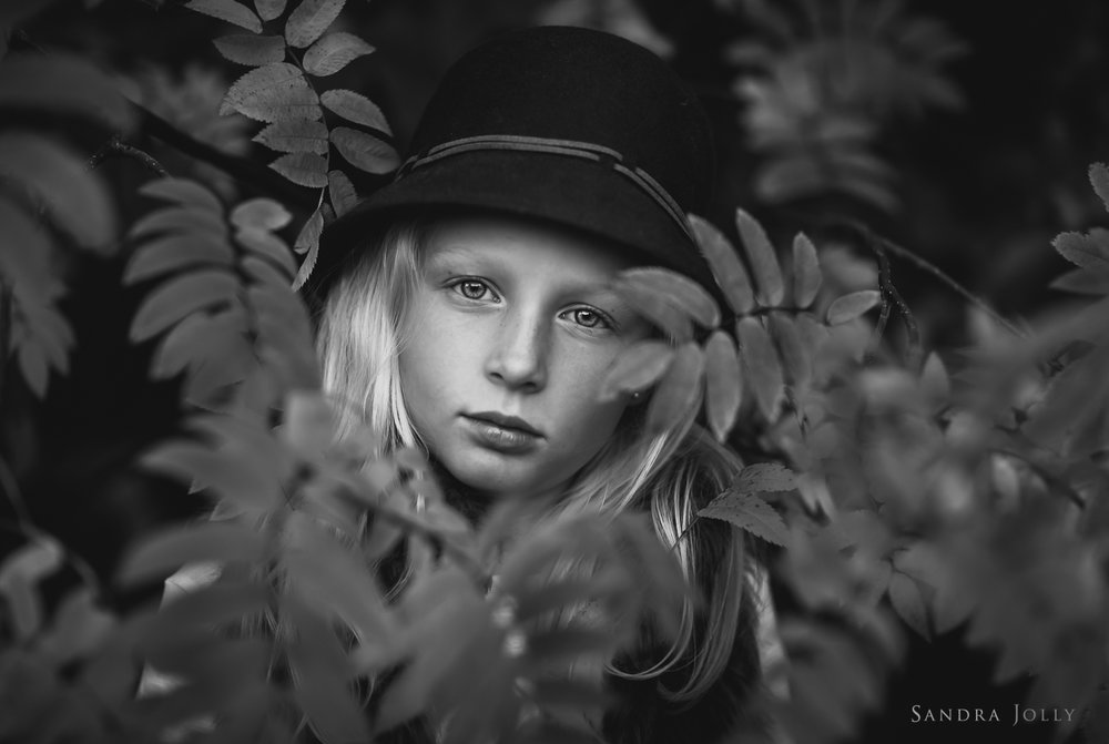 black-and-white-autumn-photo-by-familjefotografering--Stockholm-Sandra-Jolly.jpg