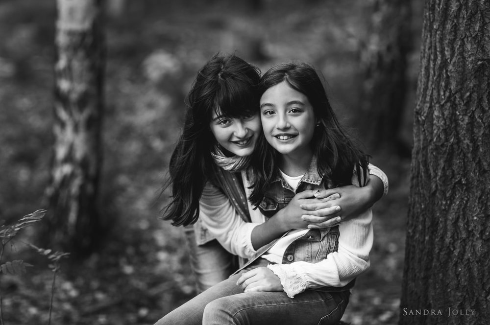 photo-of-sisters-hugging-by-Sandra-Jolly-bra-familjefotografering.jpg