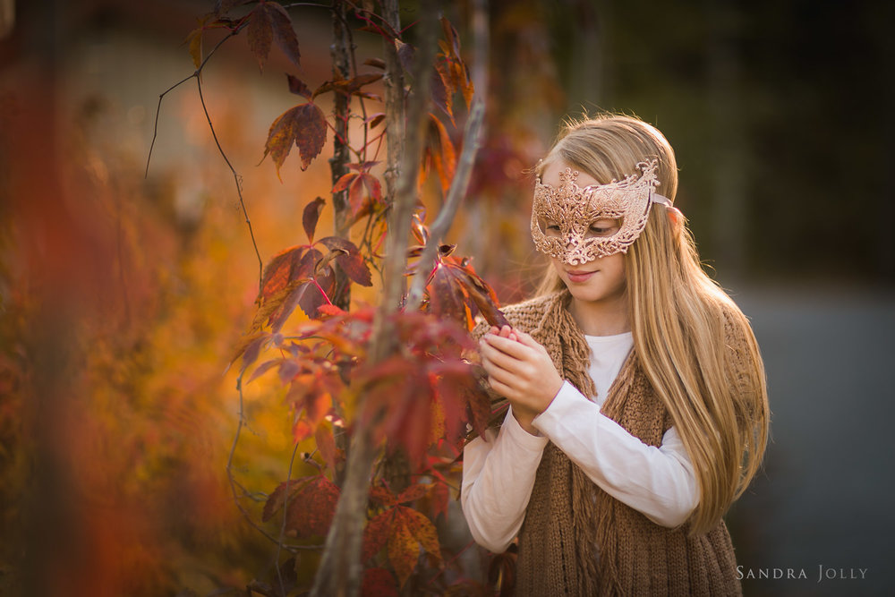 photo-of-girl-with-a-leaf-by-bra-familjefotograf-Sandra-Jolly.jpg