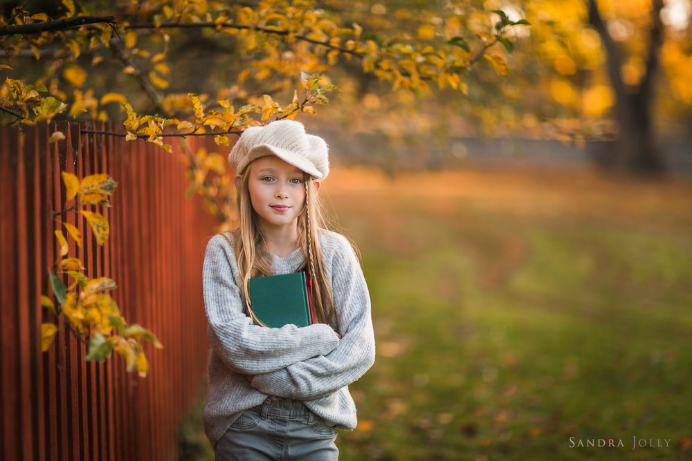 autumn-portrait-of-girl-with-books-by-familjefotografering-sandra-jolly.jpg