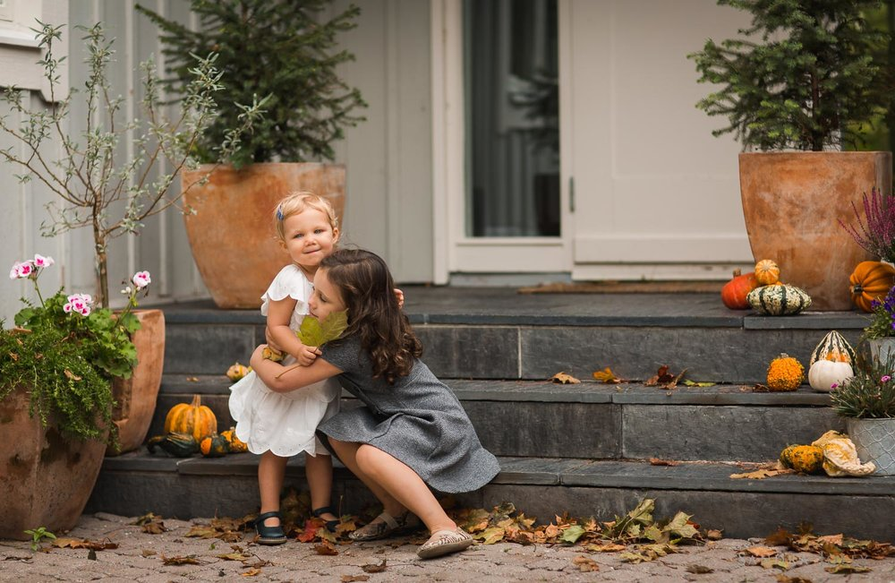 autumn-portrait-little-sisters-on-steps-by-barnfotograf-Sandra-jolly.jpg