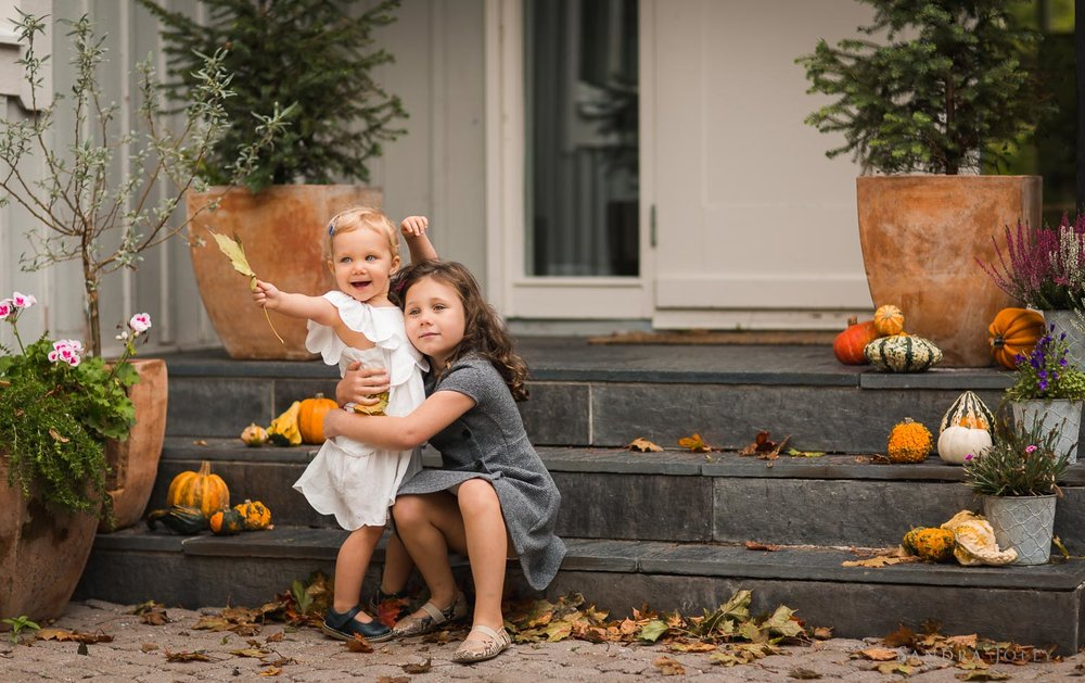autumn-portrait-little-sisters-with-pumpkins-by-familjefotografering-Sandra-jolly.jpg