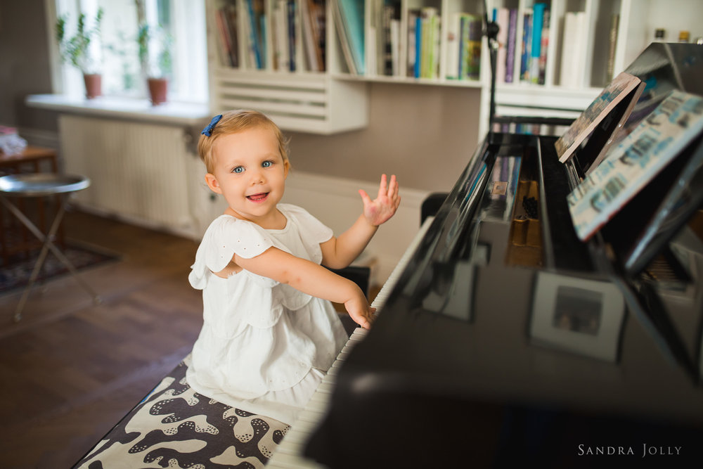 portrait-of-girl-playing-piano-by-bra-familjefotograf-Sandra-jolly.jpg