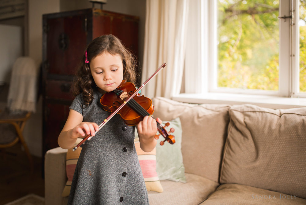portrait-of-girl-playing-violin-by-bra-familjefotograf-Sandra-jolly.jpg