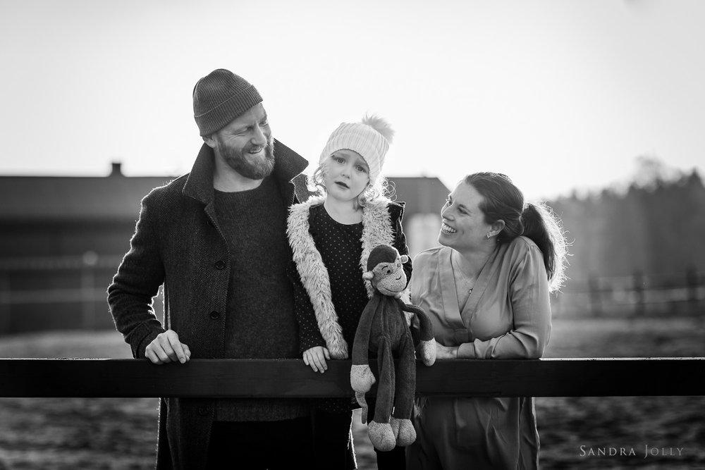 outdoor-winter-family-portrait-by-familjefotograf-Sandra-Jolly.jpg