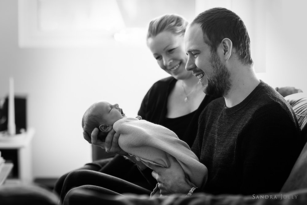Lifestyle-baby-shoot-at-home-by-family-photographer-Sweden-Sandra-Jolly.jpg