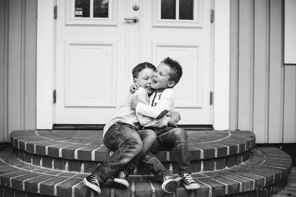 brothers-hugging-by-bra-familjefotograf-Sandra-Jolly.jpg
