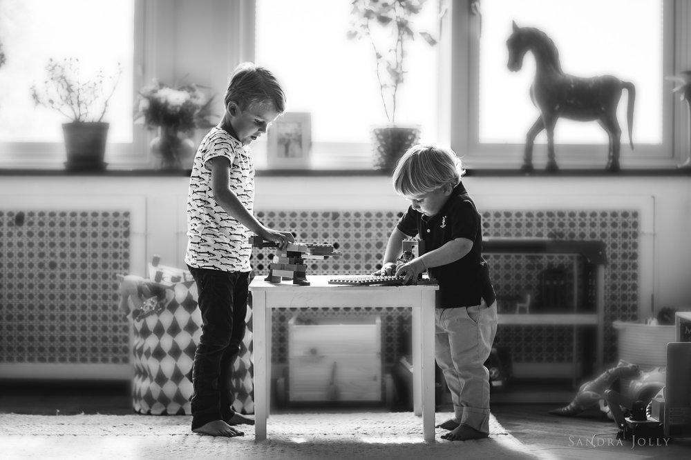 Brothers-playing-by-bra-Stockholm-familjefotograf-Sandra-Jolly.jpg
