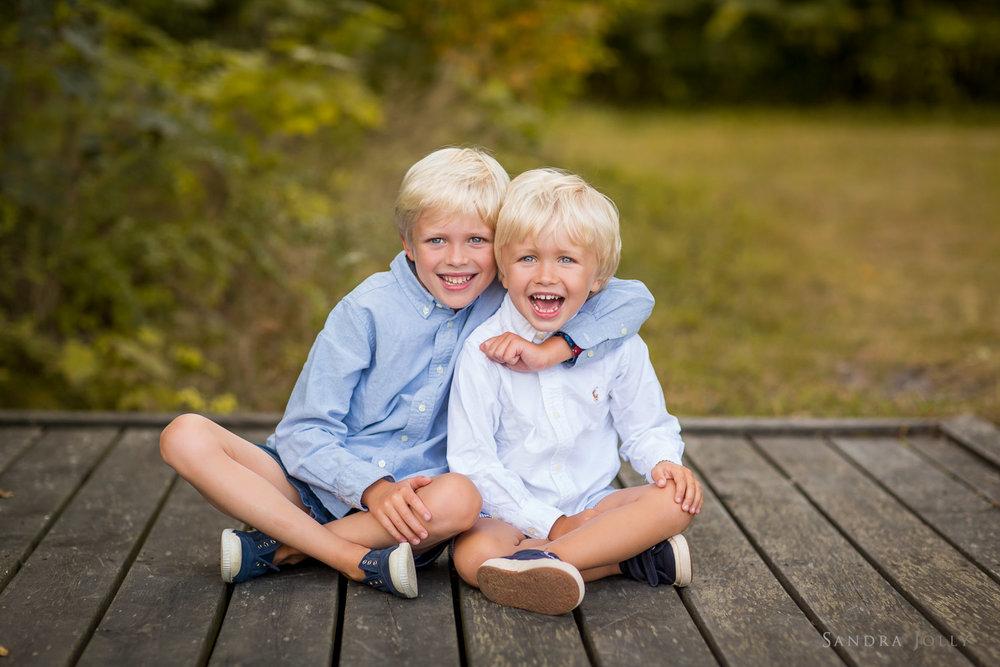 Happy-brothers-by-Täby-fotograf-Sandra-Jolly.jpg