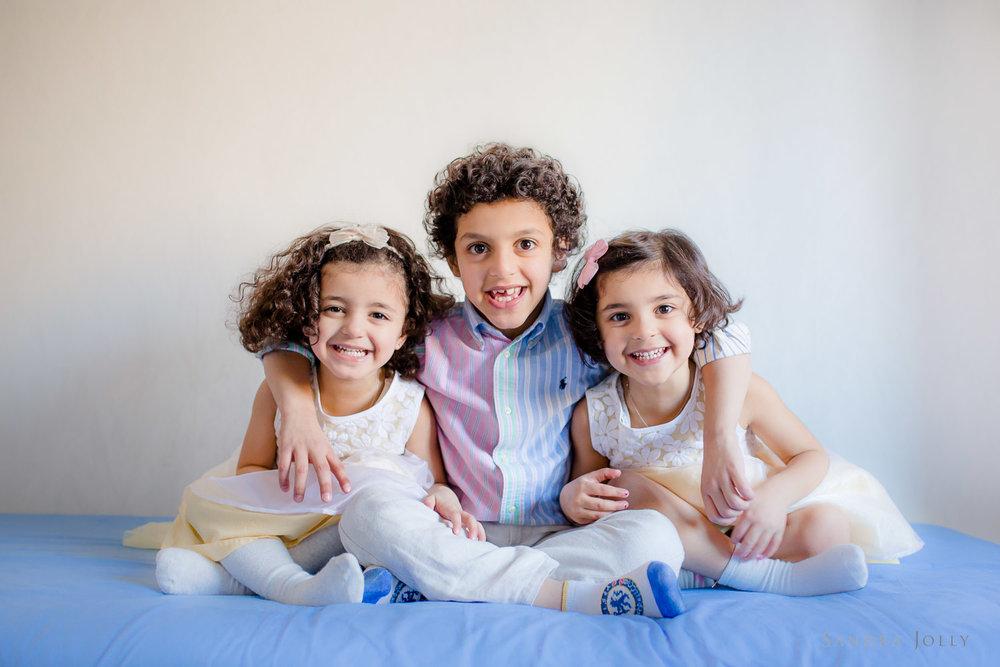 siblings-on-a-bed-by-familjefotograf-Sandra-Jolly.jpg