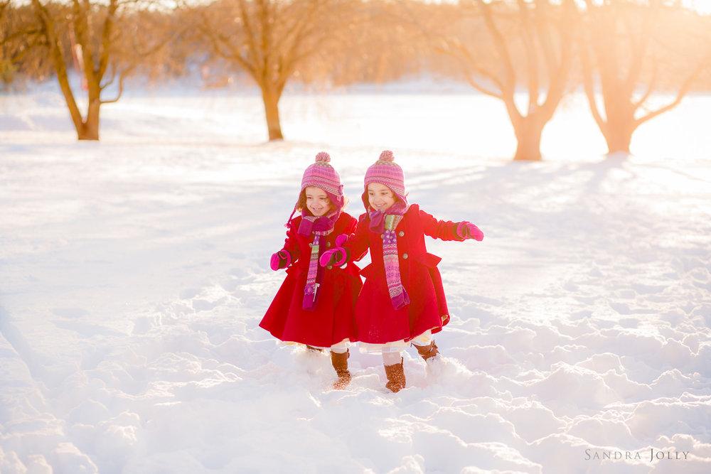 twins-running-in-the-snow-by-bra-familjefotograf-Sandra-Jolly.jpg