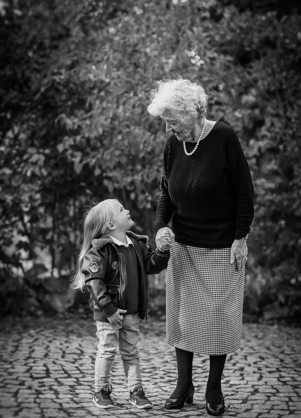 grandson-and-grandmother-by-Stockholm-family-photographer-Sandra-Jolly.jpg
