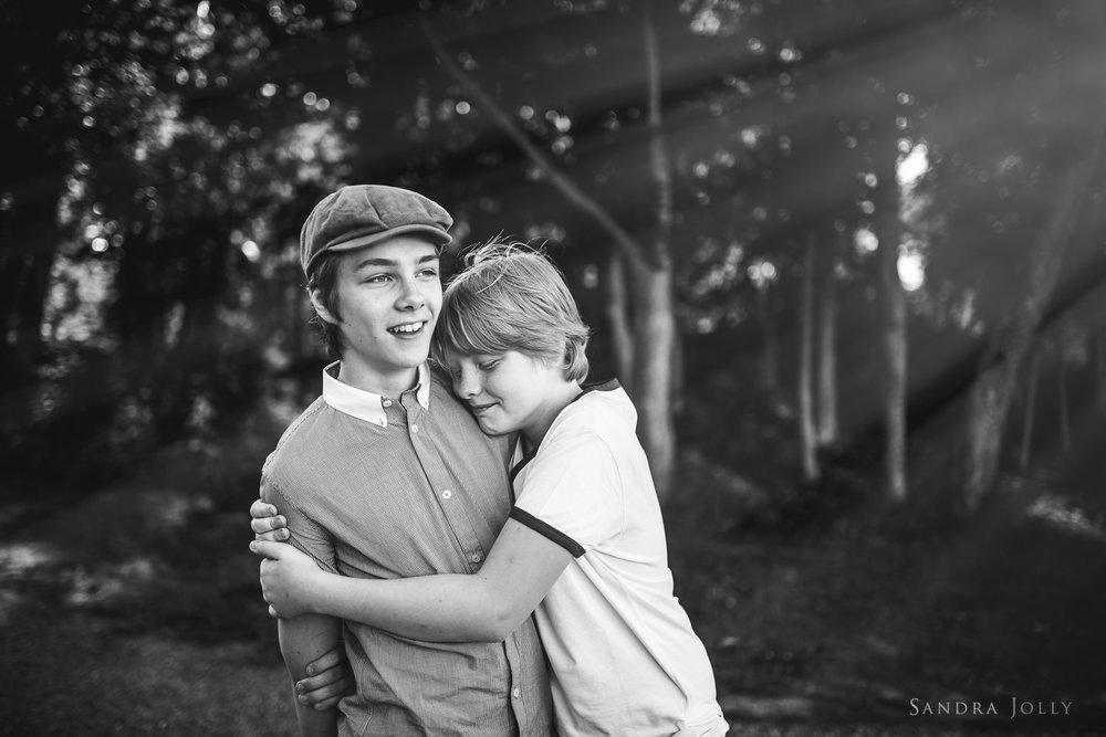 brothers-hugging-at-Rosersbergs-Slott.jpg