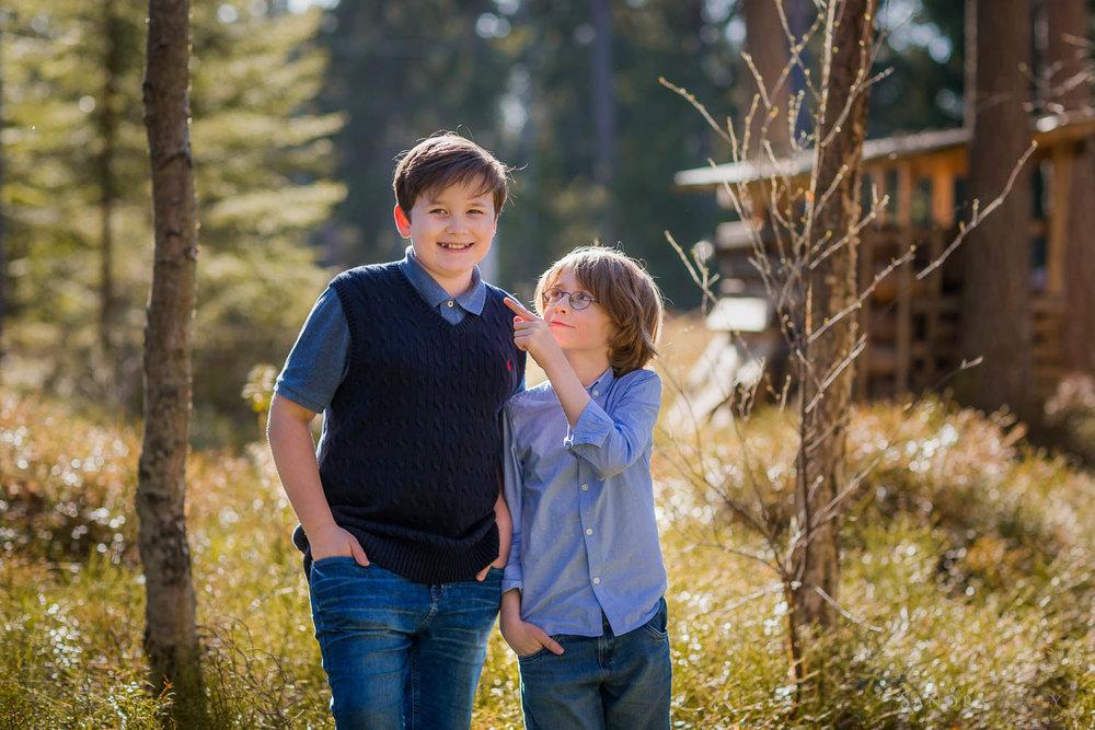 teenage-brothers-by-Stockholm-familjefotograf.jpg