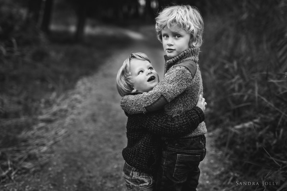 brothers-hugging-by-familjefotograf-Sandra-Jolly.jpg