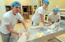 Handarbeit in der Stendaler Landbäckerei: David Eigenfeld, Paul Stolze und Kevin Siegel (v.l.) bereiten Brotteig vor.