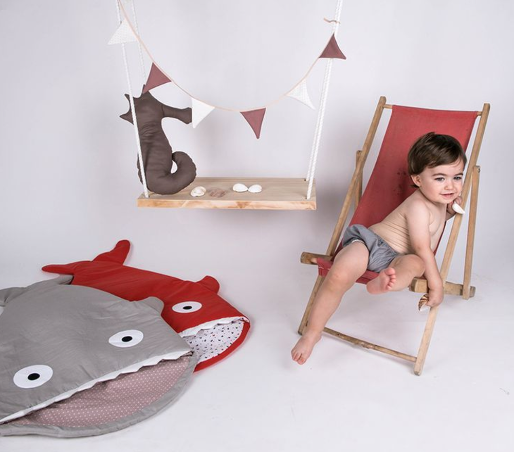baby-bites-sleeping-bag-sharks-grey-red-mood.png