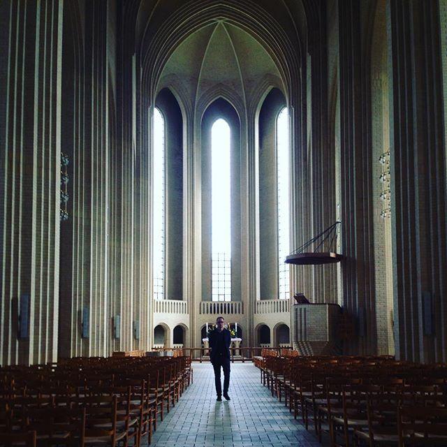 En stilig karl i Grundtvigs kirke.