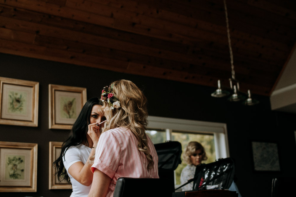 bride gets makeup on at Mount Washington wedding photographer