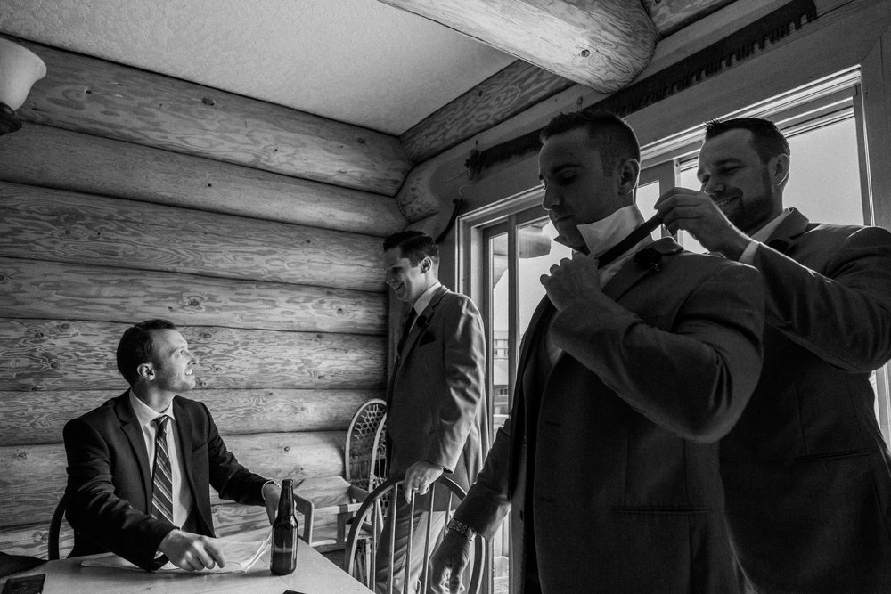 groom and his groomsmen get ready in a cabin, Mount Washington wedding photographer