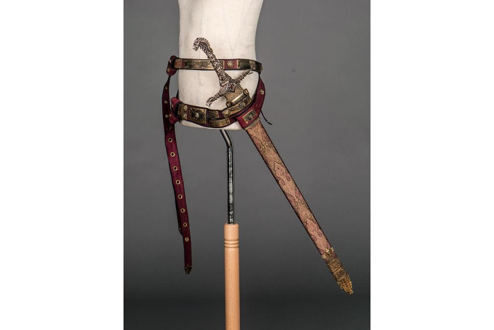 MGoT_swords_oathkeeper_1_1200x800.jpg