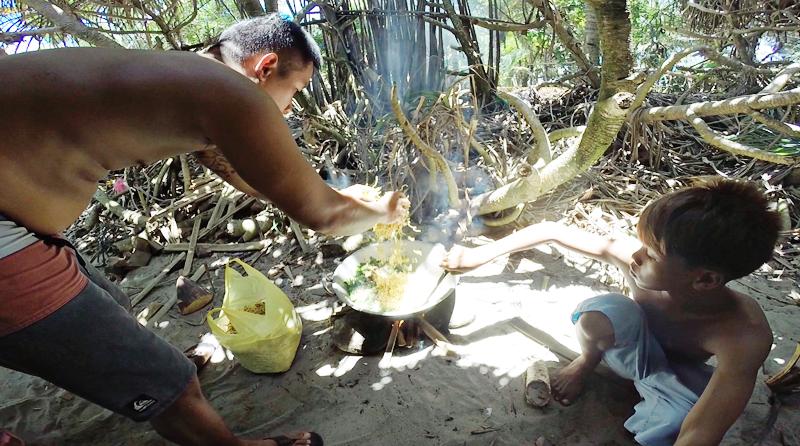 Cooking pancit bato.