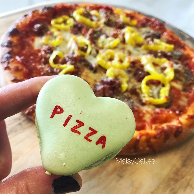 Lunch Time Goals 🙌🏻 Pizza & Macarons . . . #maisycakes #thejunctionpizza #macarons #frenchmacarons #macaronstagram #pizzaporn #foodporn #valentines #pizza #pittsburghfoodie #pittsburgh #724made #greensburgpa #mtpleasantpa #❤️ #🍕