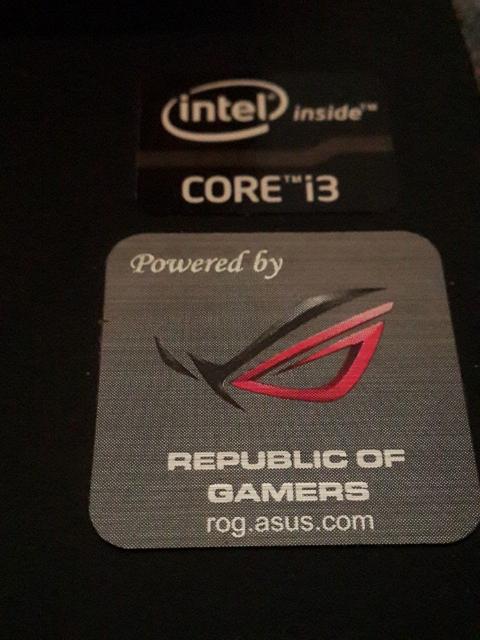 Esta laptop tenia un procesador i3 de 4 hilos, 4gb de ram DDR3, un disco duro de 500gb y tarjeta integrada de video. El sticker de ROG era solo adorno.