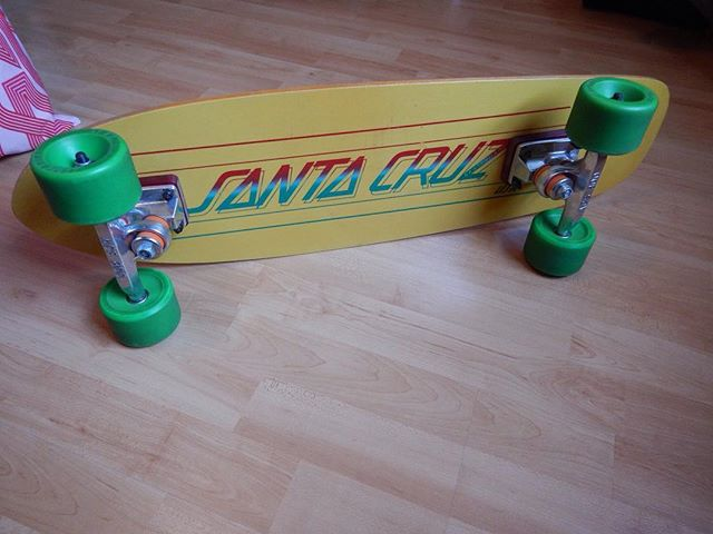 Our friend, Lee Simone shared this classic setup with us. Santa Cruz KICKTAIL Model (a large one) and I think first génération of the Street Skate with Rocker Kick model before the new graphic. Three layers of maple veneer sandwiched and bonded with layer of Epoxy/ Glass, ACS 800 Trucks, Kryptonics 70mm green wheels second generation. #santacruzskateboards #leesimone #acstrucks #kryptonics #vintageskateboard #kryptonicswheels #skateboardcollection #skateboard #longboard